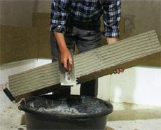 Кладка блока теплоизоляционной основы в нижней части стены