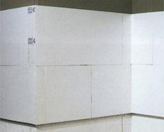 Крепеж углового профиля над блоками, выложенными в нижней части стены по периметру