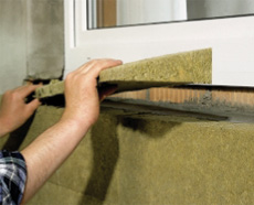 Укладка клинообразного изоляционного слоя около окна