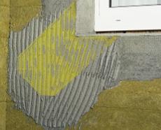 Диагональная сетка во всех четырех углах уложена на блоках теплоизоляционной основы для кладки фасадной плитки